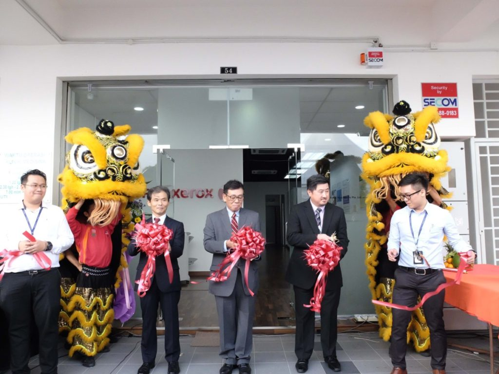Yoshio Hanada, the President of Fuji Xerox Malaysia (middle) officially launched the event together with Fuji Xerox management with a ribbon cutting ceremony.