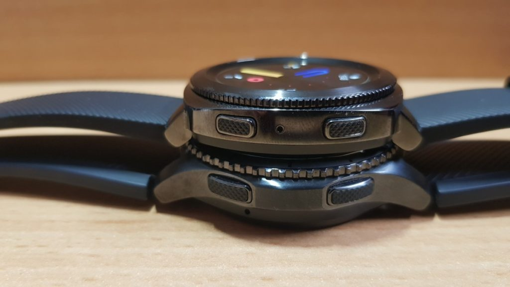 The Gear Sport has similar but slightly smaller knurled buttons like the Gear S3 Frontier