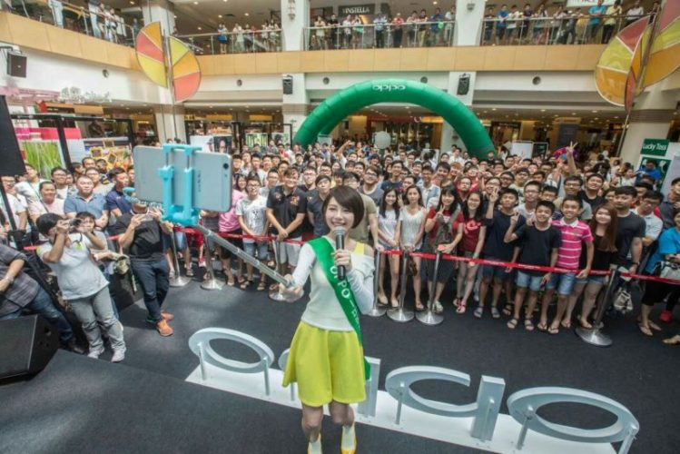 Min Chen interacted with the fans and took selfie with them by using OPPO F1s.