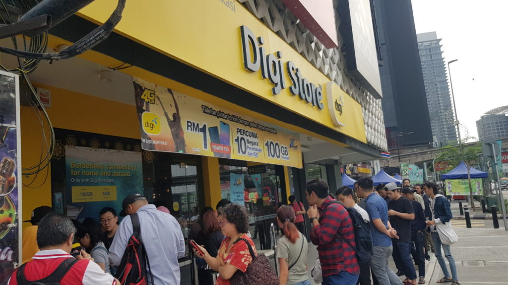 Eager customers were queuing up in front of the Digi Store at Bukit Bintang since midnight