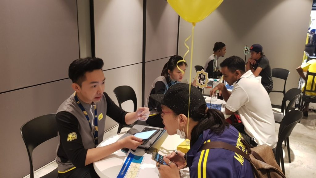 Customers taking advantage of the Digi Rah Rah Internet campaign that offers the Huawei P20 Pro Twilight at RM1